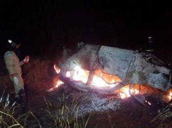 Bombeiro ao lado de carro em chamas, na madrugada de hoje (Foto: Osvaldo Duarte/Dourados News)