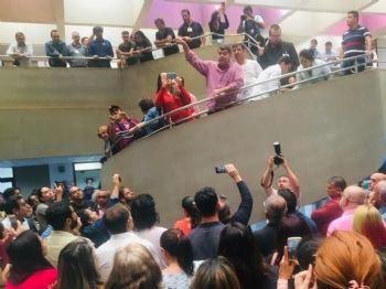 Professores pressionaram, mas não conseguiram se sensibilizar deputados, que aprovaram em primeira a redução nos salários dos convocados (Foto: Divulgação)