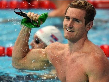 O nadador Cameron Van der Burgh informou que foi contaminado pelo coronavírus (Arte OTD)