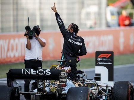 O hexacampeão Lewis Hamilton comemorando a vitória no Grande Prêmio da Toscana, na Itália, (Foto: LAT Images for Mercedes-Benz Grand Prix Ltd)