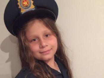 Menina vestida com trajes de trabalho do pai policial (Foto: Reprodução/Intrrnet)