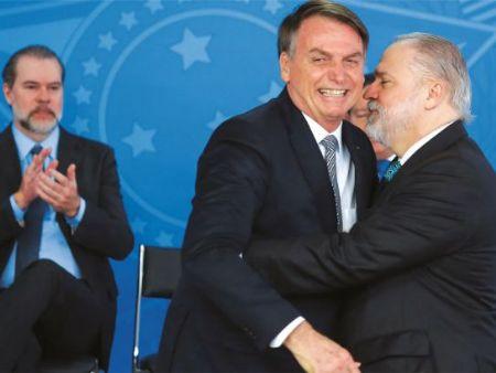 AFAGOS Bolsonaro mantém uma relação de inconveniente proximidade e afinação com o procurador-geral Aras: postura governista (Crédito: Sérgio Lima)